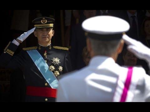 SS.MM. los Reyes presiden el desfile militar a las puertas del Congreso tras proclamación