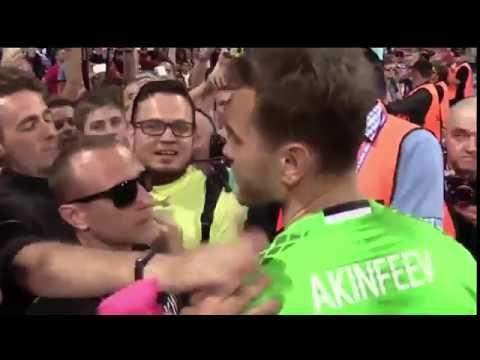 Акинфеев подошел к фанатам после матча Россия Уэльс