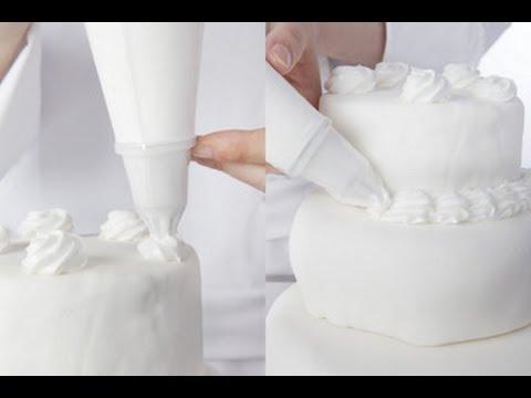 Technique de cuisine d corer un g teau avec une poche - Comment decorer une corbeille de mariage ...