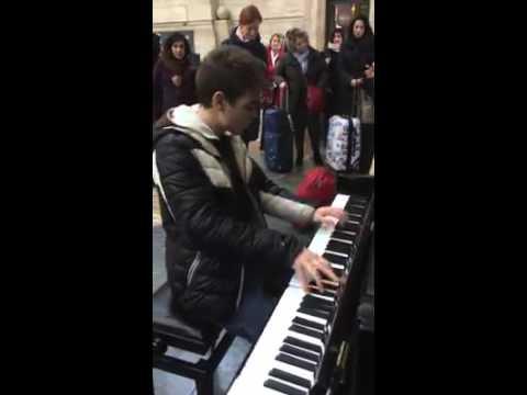 イタリアミラノの駅に無料で設置しあるピアノを弾く男性が上手すぎ♪