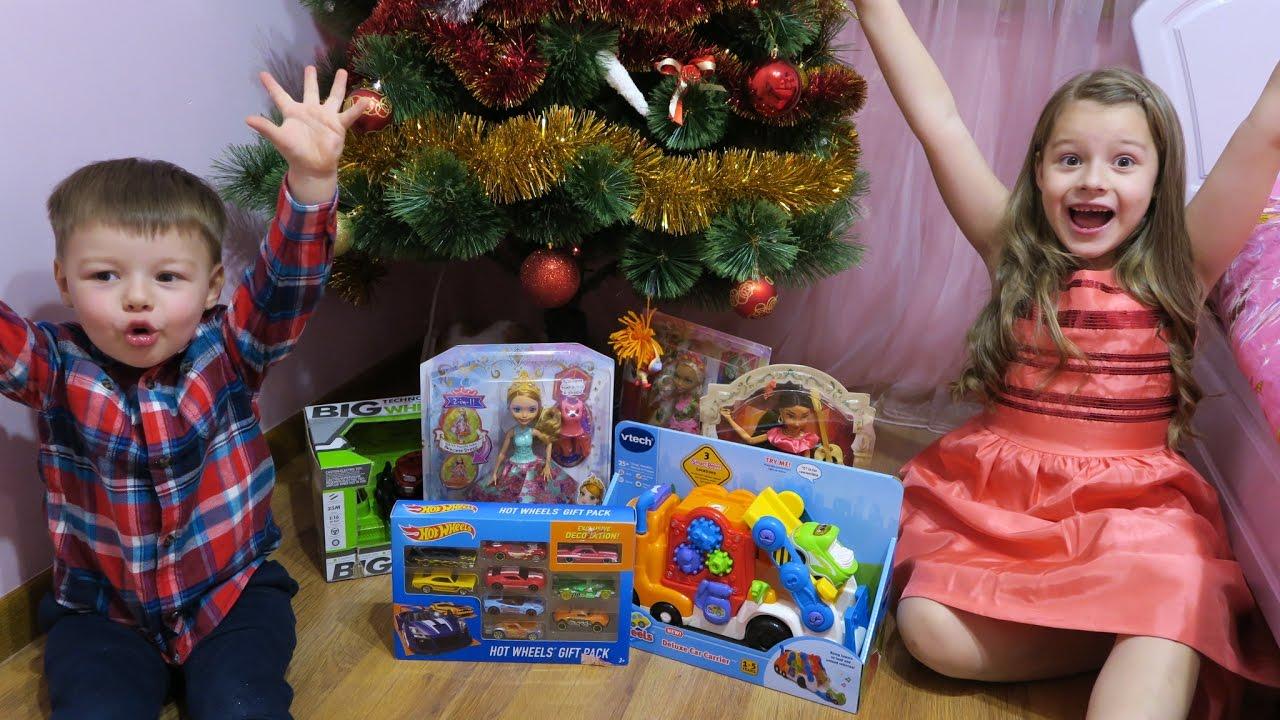Диана и рома открывают новогодние подарки 70