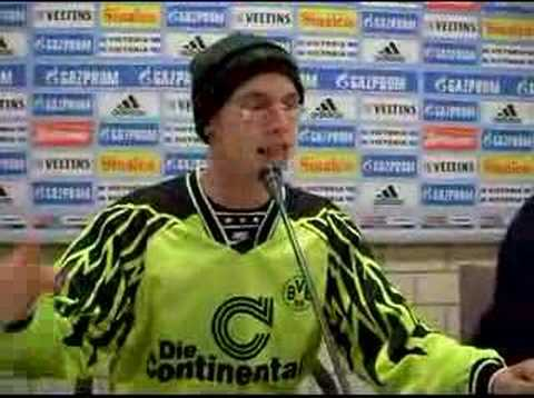 Kevin wird nachgemacht wie er sich fühlt das er nach schalke gekommen ist und stuttgart meister geworden ist!!! Borussia Dortmund! BVB!