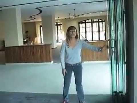 Puerta corredera cristal templado mov youtube for Puertas correderas de cristal