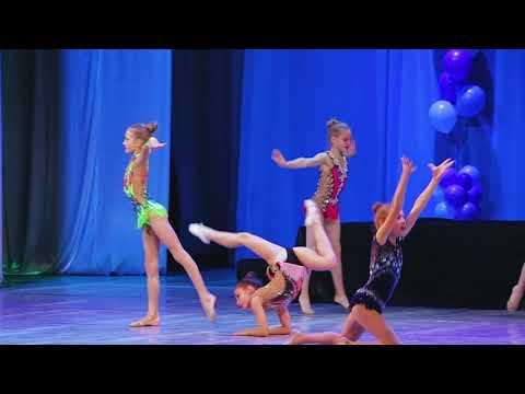 Наши гимнастки на сцене. Парад спортсменов