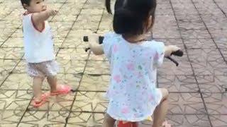 Cười vỡ bụng khi xem bé đi xe đạp ❤ Trò chơi trẻ em ❤ Bé tập đi xe đạp, ô tô đáng yêu hài hước nhất