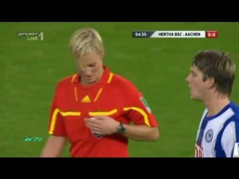 un jugador futbolistico manosea a arbitro mujer