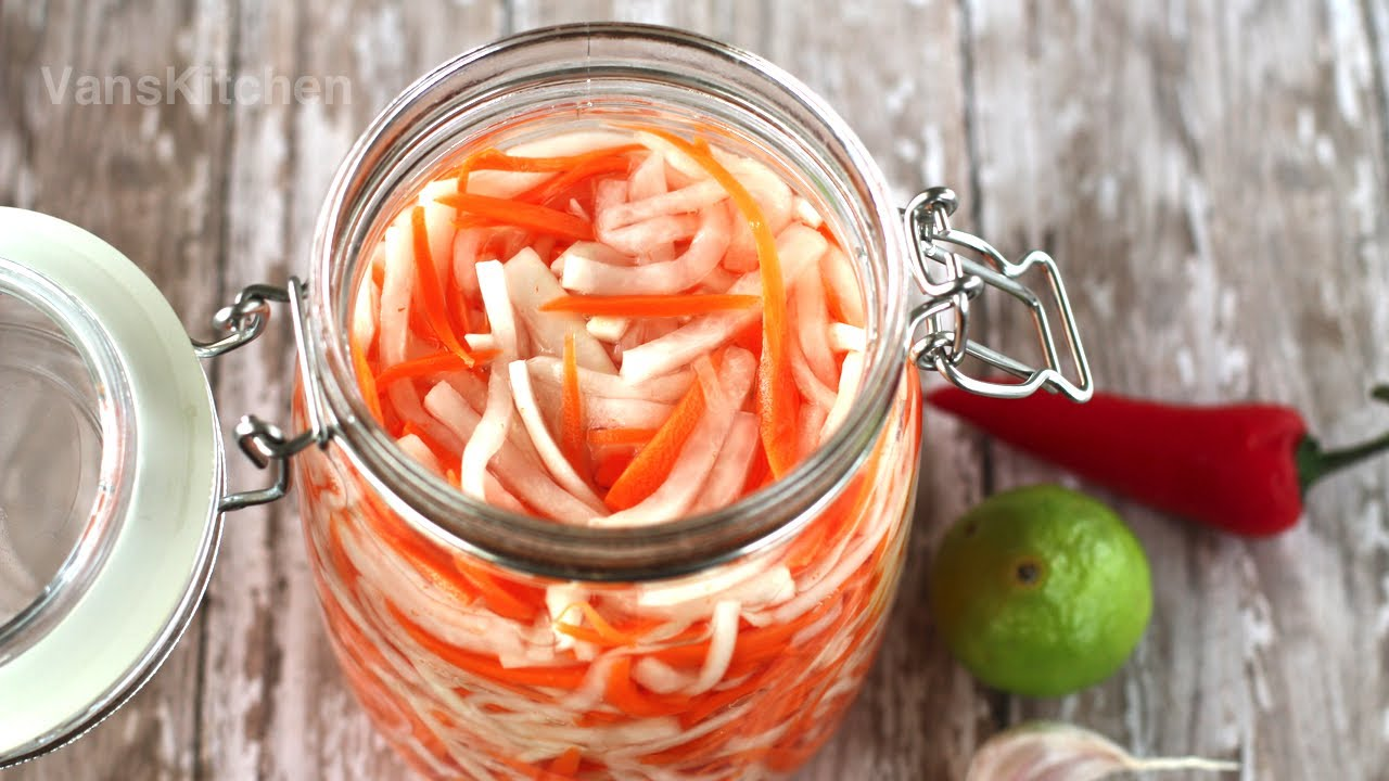 Đồ chua (Vietnamese daikon and carrot pickles) - YouTube