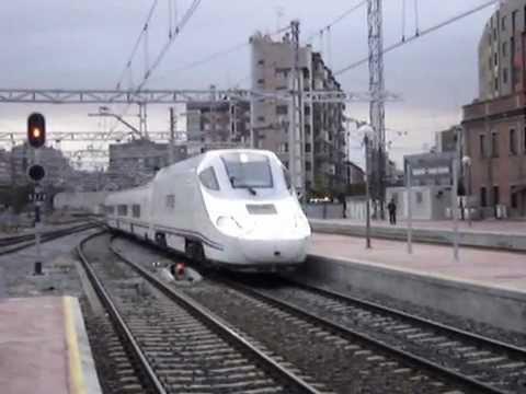 Por vía 3 efectúa su entrada el ALVIA procedente de Alicante destino Gijón Cercanías.