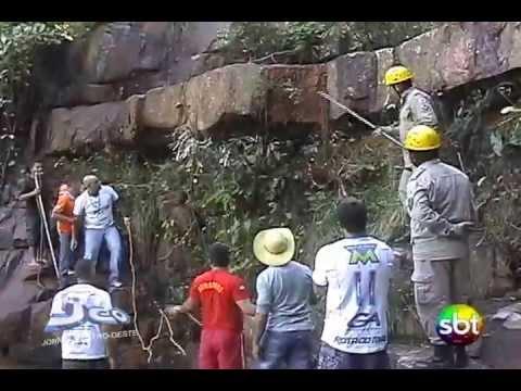 Sucuri de 5 metros é capturada em cachoeira