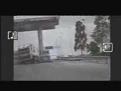 Imágenes muetran el momento en que el conductor pierde el control de la maquina y se va contra la caseta de cobro de peaje. Gentileza de www.canal5.cl.