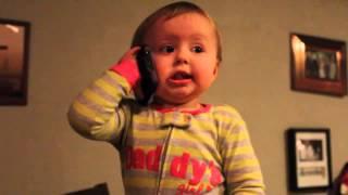 Em bé nói chuyện với bố qua điện thoại