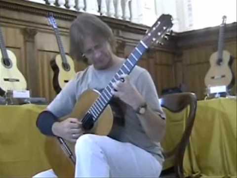 David Russell prova uno strumento del liutaio Vincenzo Candela