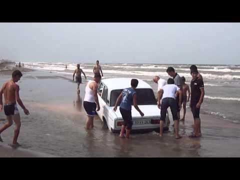 Лезгины вытаскивают машину из воды