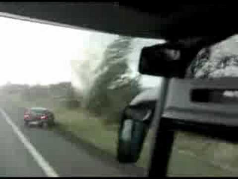 Tornádó borít föl egy buszt - film belülről