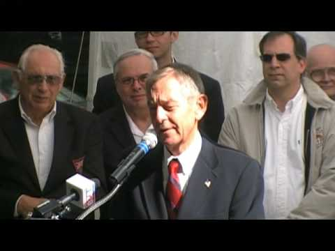 Senator George Voinovich speaks to the Cleveland Serbian community