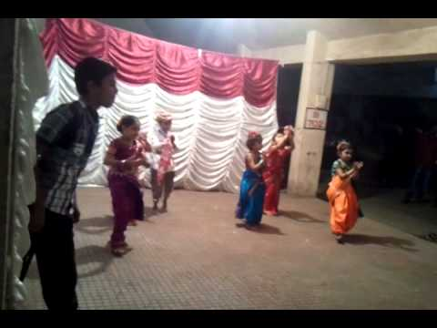 Aakanssha garden girls group dancing on Chunari Sambhal gori