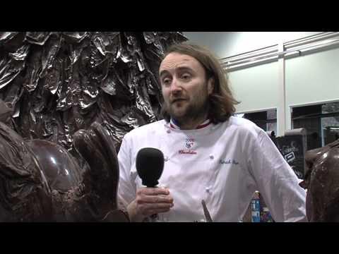 Patrick Roger Un arbre de Noël géant en chocolat pour le Téléthon.mov