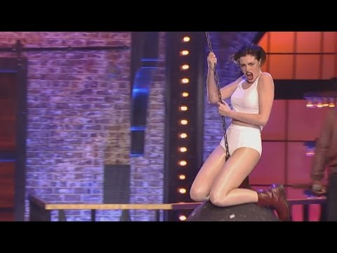 "Anne Hathaway's Miley Cyrus ""Wrecking Ball"" Lip Sync Battle – VIDEO"