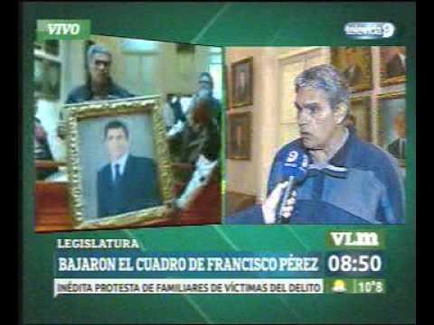 Osvaldo Quiroga, tras descolgar el cuadro de Pérez