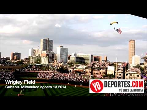 Wrigley Field ceremonia previa entre Chicago Cubs vs. Milwaukee Brewers con paracaidistas del Navy