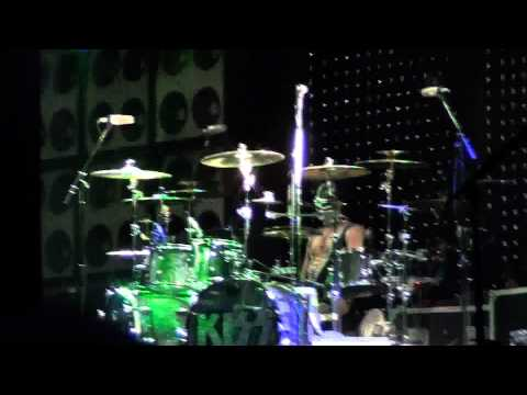 KISS - Eric Singer Drum Solo Intro'ed by Tommy Thayer Solo Guitar Behind Head HD