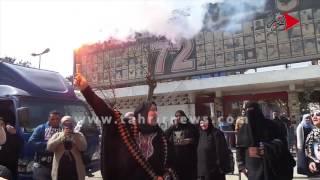 التحرير| بالشماريخ أهالي ضحايا الالتراس يحتفلون بتأييد حكم اعدام للمتهمين أمام النادي الأهلي