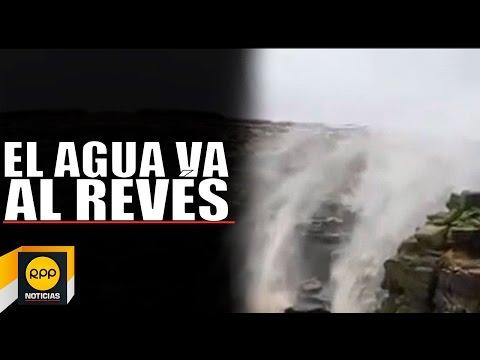 Impresionantes imágenes de una catarata en la que fluye el agua