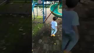 Suboy chơi cầu tuột
