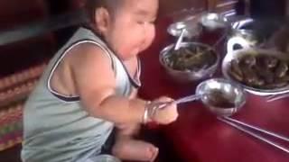 Video lucu anak kecil makan