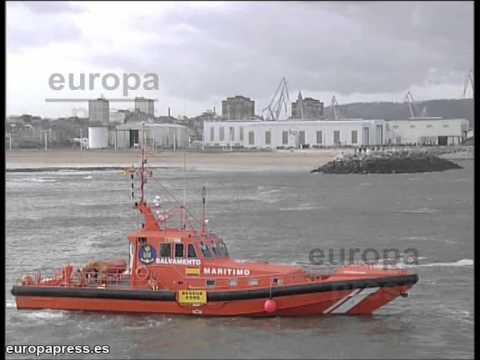 Rescatan a 3 personas tras hundirse una embarcación en Gijón