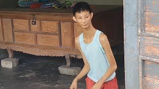 Xót thương cảnh mẹ đơn thân nuôi con tí hon 16 tuổi nặng 7kg   16 years old but weighs only 7kg