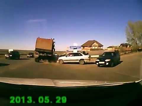 Протаранил грузовик .