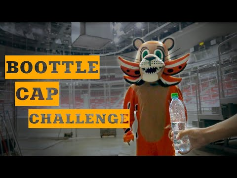 Лео и Bottle Cap Challenge