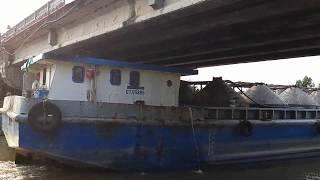 Sà lan trách nhau dưới gầm cầu và cú va chạm với cột bảo vệ cầu