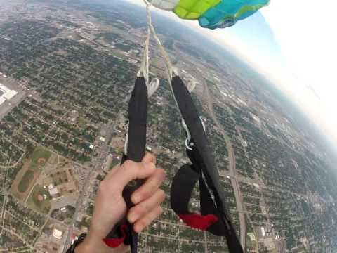 Perdió el paracaídas en plena caída libre, pero sobrevivió