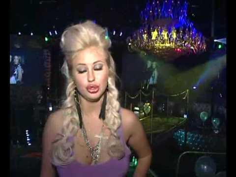 Секси Леся выступает в тапках!