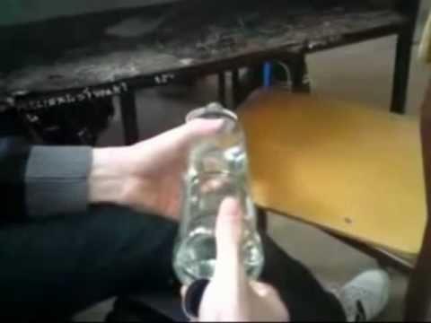 TV jaja - Uczniowie piją w klasie.