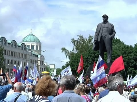 Raw: Pro-Russia Demonstrators Rally in Donetsk