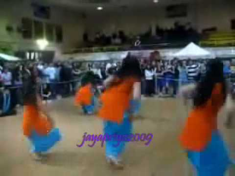 Pakistan college girls dancing  sri lanka song.........