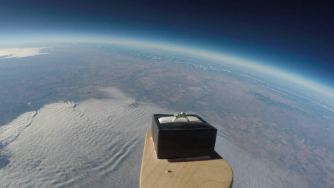 Űrbe küldött jegygyűrűvel kérte meg a barátnője kezét - videó