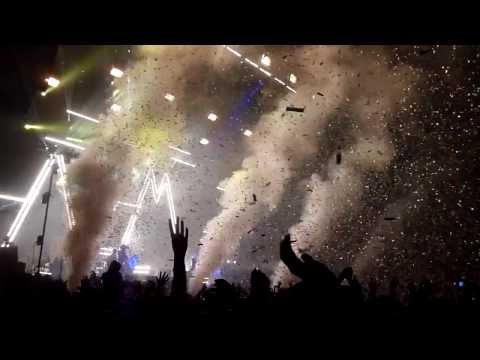 Arctic Monkeys - I Wanna Be Yours [with confetti - live at Earls Court, London - 26-10-2013]