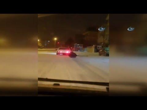 Karda Drift Yapıp, Otomobile Bağladıkları Leğenle Kaydılar