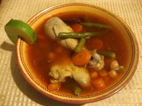 Receta de Caldo de pollo con guajillo ideal para este frío