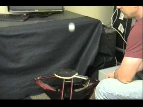 Robot haciendo malabares con pelotas de ping pong