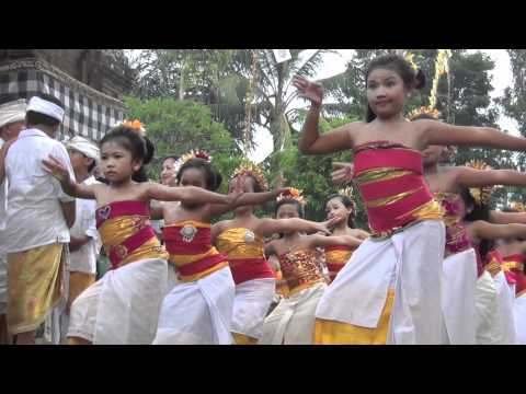 Bali: Little girls dancing in the Pura Dalem Kedewatan Sanur with temple festival by Hans & Fifi