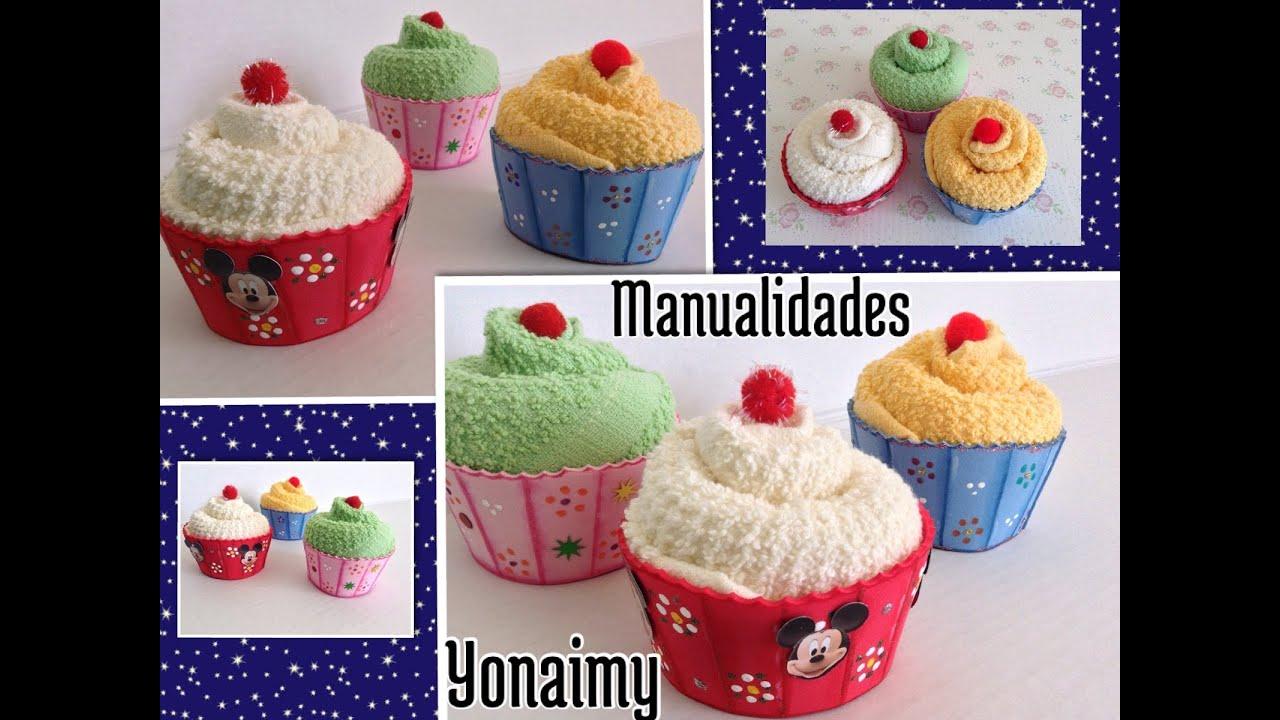Cupcakes o panquecitos hechos con toallitas faciales y - Hacer magdalenas con ninos ...