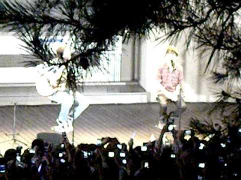 Justin Bieber in Tokyo Baby acostic ver
