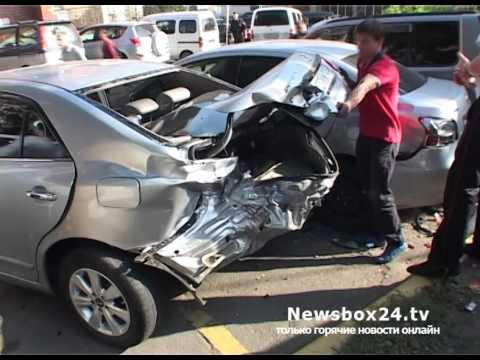 Во Владивостоке наркоман угнал такси, разбил три машины и повалил столб