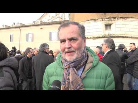Pensioni - Roberto Calderoli protesta davanti alla consulta
