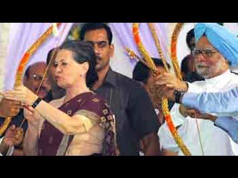 Sonia Gandhi, Manmohan Singh celebrate Dussehra in Delhi